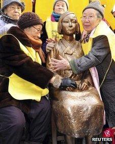 Former Korean 'comfort women' embrace statue