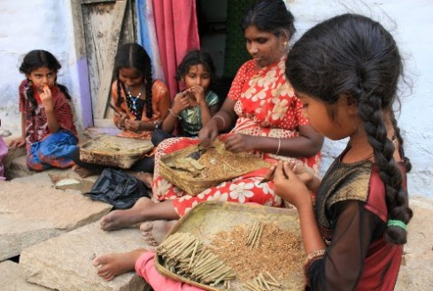An Indian family in Andhra Pradesh rolls beedis together