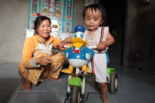 Vietnamese mother with Ageng Orange exposed child