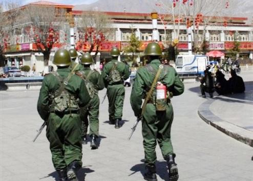 Chinese soldiers outside Tibetan Buddhist monastery