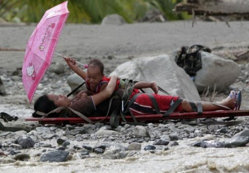 Philippines: Mother rescued during floods