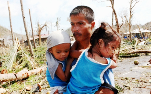 Philippines: Father and children after Typhoon Haiyan