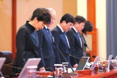 A tear-filled South Korean President Park Geun-hye apologizes during a formal cabinet meeting in last month on April 29. Image: Yesky